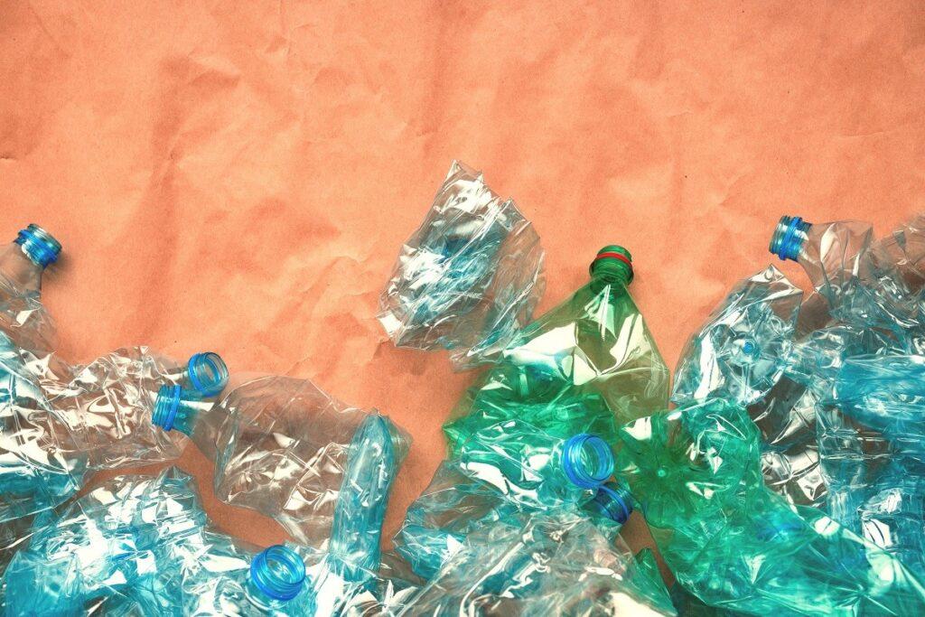 много пластмасови бутилки