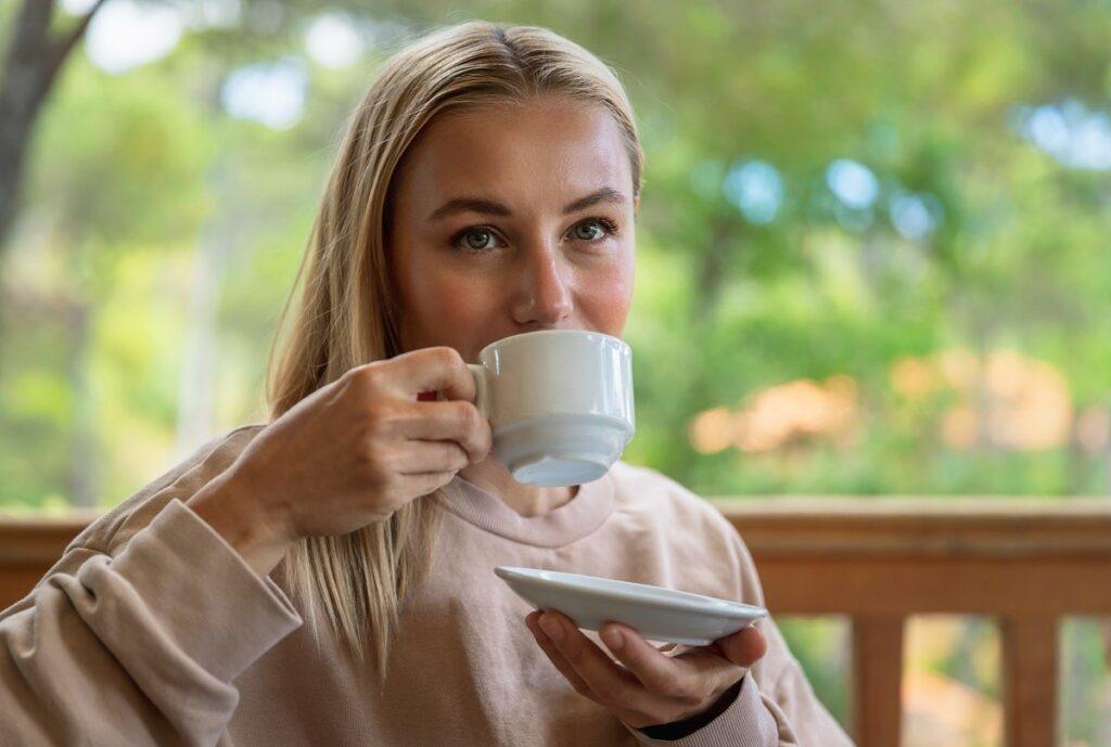 чаша кафе освежава